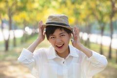 Fermez-vous vers le haut de l'émotion de bonheur de rire asiatique de plus jeune femme photo libre de droits