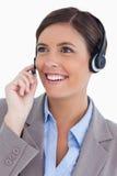 Fermez-vous vers le haut de l'agent femelle de centre d'attention téléphonique avec l'écouteur Image stock
