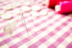 Fermez-vous vers le haut de l'aiguille de couture et du threader Image stock
