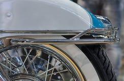 Fermez-vous vers le haut de l'amortisseur arrière de la moto, photo d'intérieur Images libres de droits