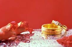Fermez-vous vers le haut de l'anneau de mariage romantique avec le fond rouge de célébration, Photo stock
