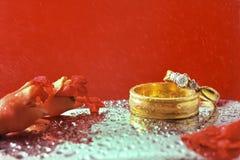 Fermez-vous vers le haut de l'anneau de mariage romantique avec le fond rouge de célébration, Images stock
