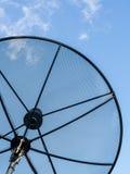 Fermez-vous vers le haut de l'antenne parabolique arrière dans le ciel bleu Images libres de droits