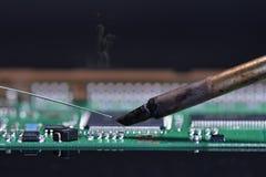 Fermez-vous vers le haut de l'appareil électronique de réparation Image libre de droits