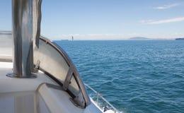Fermez-vous vers le haut de l'arc du canot automobile passant des bateaux sur l'océan Photo stock