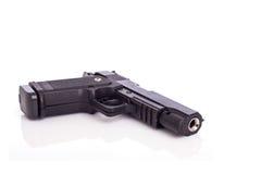 Fermez-vous vers le haut de l'arme à feu noire d'isolement sur le blanc Image stock