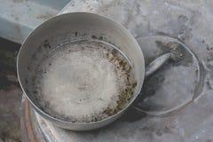 Fermez-vous vers le haut de l'arrangement de cuvette d'acier inoxydable sur le couvercle fermé du pot de terre ou du grand pot de photographie stock