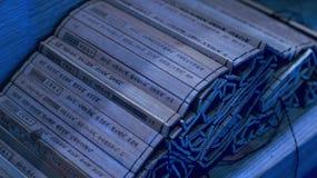 Fermez-vous vers le haut de l'art de Sun Tzu de la nuit en bambou de rouleau de guerre Photographie stock