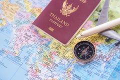 Fermez-vous vers le haut de l'avion et du passeport blancs de jouet sur le Ba de carte du monde Photographie stock