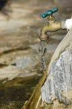 Fermez-vous vers le haut de l'eau du robinet Photographie stock