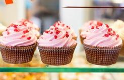 Fermez-vous vers le haut de l'ensemble de petits gâteaux colorés Photo libre de droits