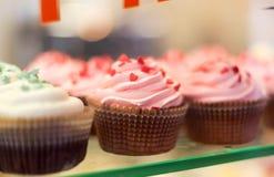 Fermez-vous vers le haut de l'ensemble de petits gâteaux colorés Photos libres de droits