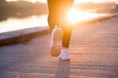 Fermez-vous vers le haut de l'espadrille blanche des pieds de coureur de femme d'athlète images stock