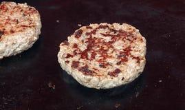 Fermez-vous vers le haut de l'hamburger de boeuf pour l'hamburger sur le gril de BBQ Photo stock
