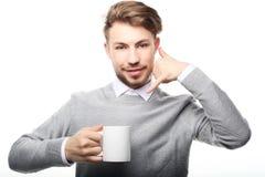 Fermez-vous vers le haut de l'homme d'affaires avec la tasse de café photographie stock libre de droits