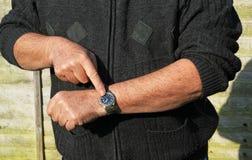 Fermez-vous vers le haut de l'homme vérifiant sa montre Vous êtes en retard Images stock