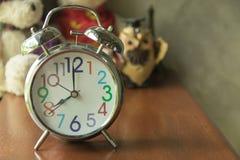 Fermez-vous vers le haut de l'horloge sur en bois du brun et de l'ours de nounours Photo stock