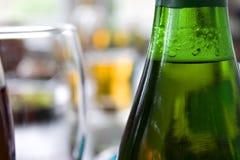 Fermez-vous vers le haut de l'illustration de la bouteille de bière et de glace Image libre de droits