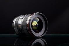 Fermez-vous vers le haut de l'image d'une lentille large de DSLR Image stock