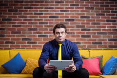 Fermez-vous vers le haut de l'image de l'homme d'affaires tenant un comprimé numérique, portrait Images libres de droits
