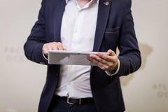 Fermez-vous vers le haut de l'image de l'homme d'affaires tenant un comprimé numérique, portrait Photo stock