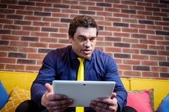 Fermez-vous vers le haut de l'image de l'homme d'affaires tenant un comprimé numérique, portrait Images stock