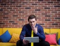 Fermez-vous vers le haut de l'image de l'homme d'affaires tenant un comprimé numérique, portrait Image libre de droits