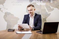 Fermez-vous vers le haut de l'image de l'homme d'affaires tenant un comprimé numérique, portrait Image stock