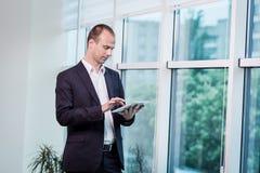 Fermez-vous vers le haut de l'image de l'homme d'affaires tenant un comprimé numérique, portrait Photos libres de droits