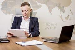 Fermez-vous vers le haut de l'image de l'homme d'affaires tenant un comprimé numérique, portrait Photographie stock libre de droits