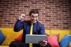 Fermez-vous vers le haut de l'image de l'homme d'affaires tenant un comprimé numérique, portrait Photos stock