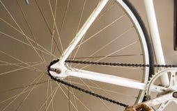 Fermez-vous vers le haut de l'image de la bicyclette blanche de ville de vintage Image libre de droits