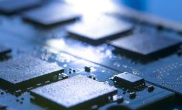 Fermez-vous vers le haut de l'image de la carte électronique avec des processeurs dans la lumière lumineuse Fond de concept d'inf Image libre de droits