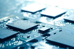 Fermez-vous vers le haut de l'image de la carte électronique avec des processeurs dans la lumière lumineuse Fond de concept d'inf Photographie stock libre de droits
