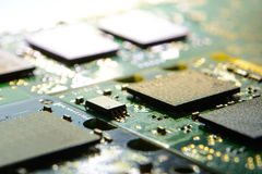 Fermez-vous vers le haut de l'image de la carte électronique avec des processeurs dans la lumière lumineuse Fond de concept d'inf Photo libre de droits