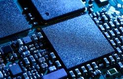 Fermez-vous vers le haut de l'image de la carte électronique avec le processeur Image libre de droits