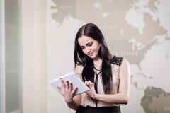 Fermez-vous vers le haut de l'image de la femme d'affaires tenant un comprimé numérique, Starti Photographie stock libre de droits