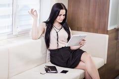 Fermez-vous vers le haut de l'image de la femme d'affaires tenant un comprimé numérique, Starti Photos libres de droits