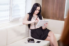 Fermez-vous vers le haut de l'image de la femme d'affaires tenant un comprimé numérique, Starti Photos stock