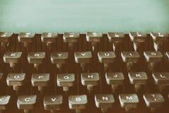 Fermez-vous vers le haut de l'image des clés de machine à écrire Vintage filtré Foyer sélectif photographie stock