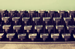 Fermez-vous vers le haut de l'image des clés de machine à écrire Vintage filtré Foyer sélectif Images libres de droits