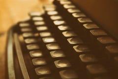 Fermez-vous vers le haut de l'image des clés de machine à écrire Vintage filtré Foyer sélectif images stock