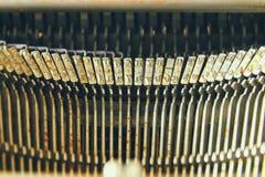Fermez-vous vers le haut de l'image des clés métalliques de machine à écrire Vintage filtré Foyer sélectif photo libre de droits