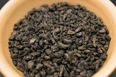 Fermez-vous vers le haut de l'image des feuilles de thé vertes Photographie stock
