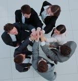 Fermez-vous vers le haut de l'image des gens d'affaires faisant une pile des mains Image stock
