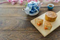 Fermez-vous vers le haut de l'image du concept chinois de fond de festival de lune de décorations de dessert de nourriture photos stock