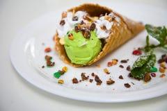 Fermez-vous vers le haut de l'image du cornet de crème glacée vert et blanc photos libres de droits