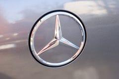 Fermez-vous vers le haut de l'image du logo de voiture de Mercedes-Benz Photos libres de droits