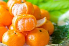 Fermez-vous vers le haut de l'orange sur le verre de plat avec la feuille verte Images libres de droits