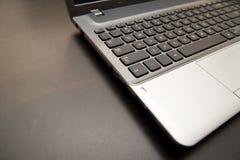 Fermez-vous vers le haut de l'ordinateur portable sur la table en bois Photos libres de droits